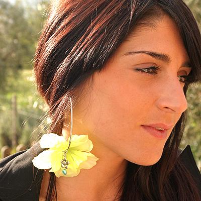 Pendientes de aro con orquídea de La Mariposa Blanca, accesorios y joyas para mujer